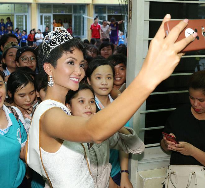 Hoa hậu H'Hen Niê đội vương miện về thăm trường cũ - 4