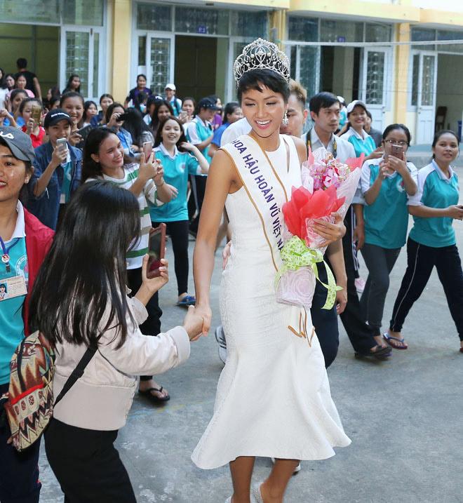 Hoa hậu H'Hen Niê đội vương miện về thăm trường cũ - 6