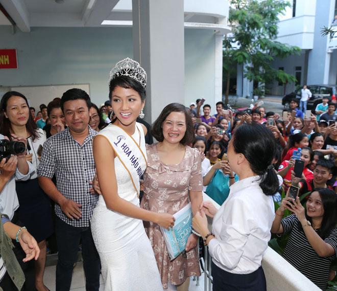 Hoa hậu H'Hen Niê đội vương miện về thăm trường cũ - 11