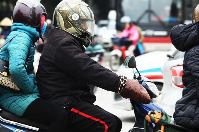 Rét 10 độ C, người Hà Nội trùm chăn, mặc áo mưa ra đường - 2