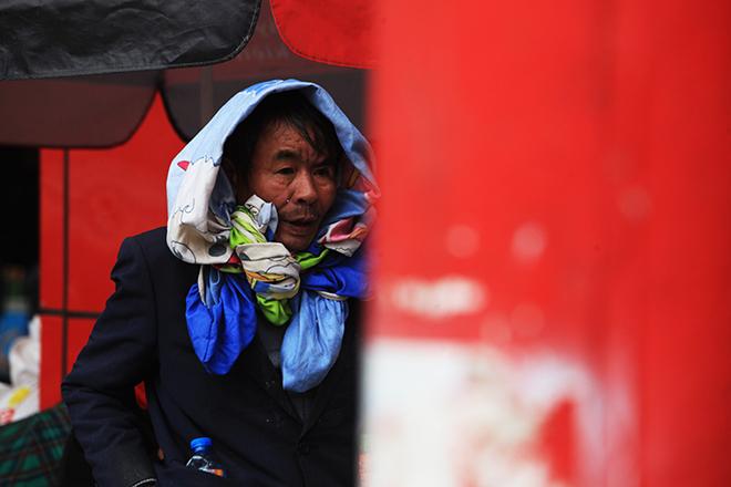 Rét 10 độ C, người Hà Nội trùm chăn, mặc áo mưa ra đường - 9