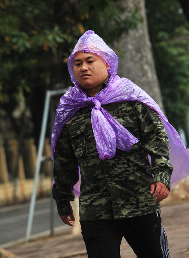 Rét 10 độ C, người Hà Nội trùm chăn, mặc áo mưa ra đường - 8