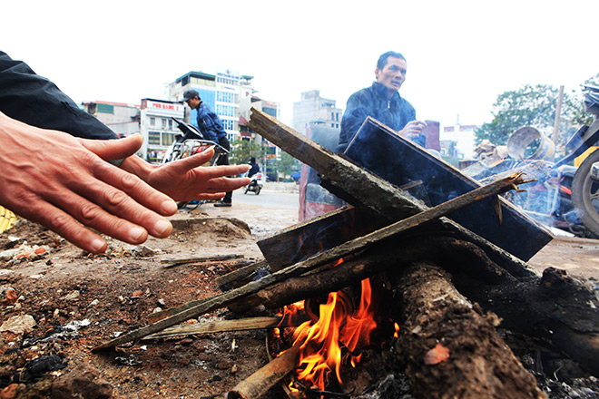 Rét 10 độ C, người Hà Nội trùm chăn, mặc áo mưa ra đường - 6