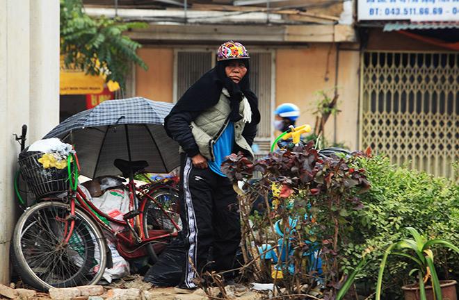 Rét 10 độ C, người Hà Nội trùm chăn, mặc áo mưa ra đường - 10