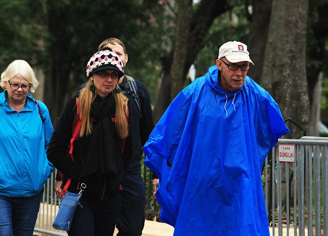 Rét 10 độ C, người Hà Nội trùm chăn, mặc áo mưa ra đường - 12