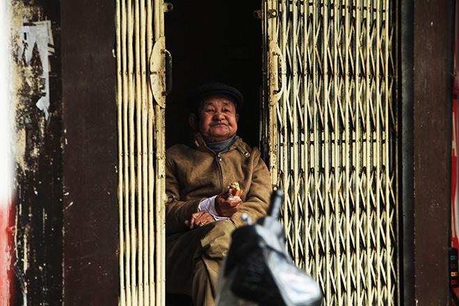 Rét 10 độ C, người Hà Nội trùm chăn, mặc áo mưa ra đường - 13
