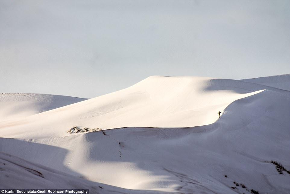 Rét kỷ lục phủ trắng sa mạc Sahara dưới lớp tuyết dày 40cm - 2