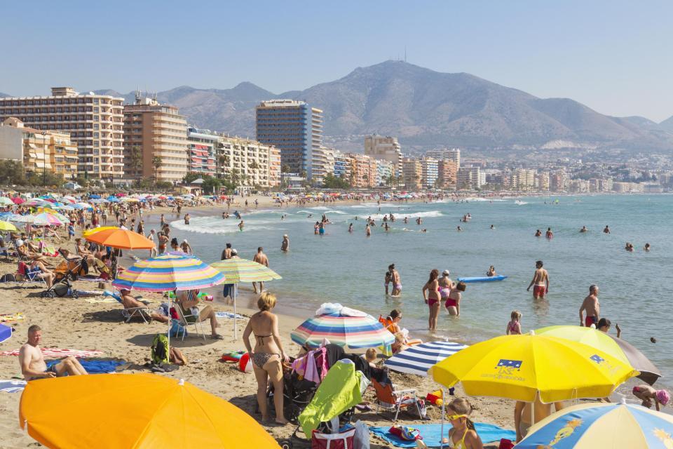 Tây Ban Nha: Ra biển tắm nắng, chỉ thấy đầy tuyết trắng - 2