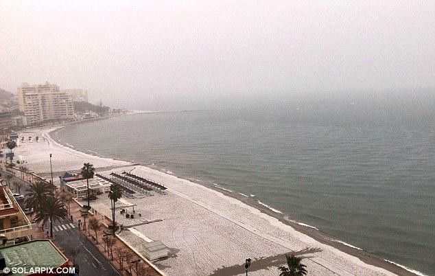 Tây Ban Nha: Ra biển tắm nắng, chỉ thấy đầy tuyết trắng - 1