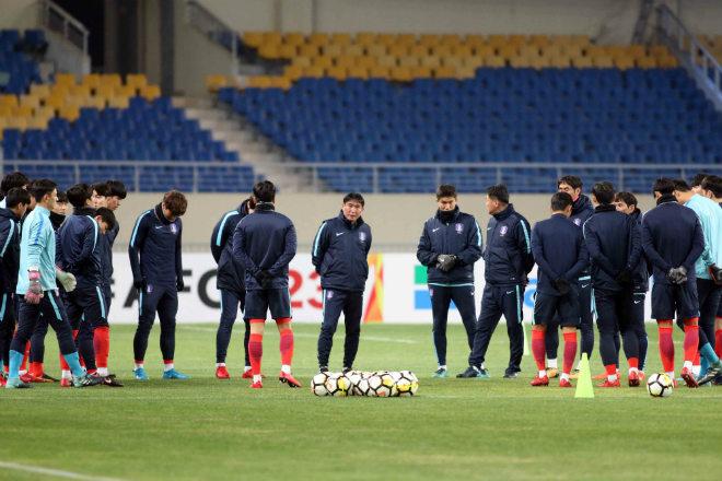 """HLV U23 Hàn Quốc """"căng thẳng"""" trước giờ đấu U23 Việt Nam - 1"""
