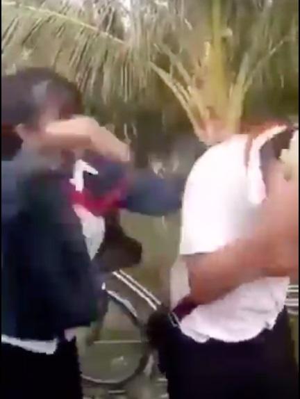 VIDEO: Nam sinh lớp 8 bị nhóm nữ sinh đánh dã man - 1