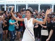 Hoa hậu H ' Hen Niê đội vương miện về thăm trường cũ