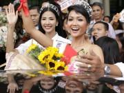 """Hoa hậu H ' Hen Niê bị  """" bao vây """"  chật cứng ở sân bay khi về Sài Gòn"""