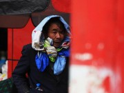 Tin tức trong ngày - Rét 10 độ C, người Hà Nội trùm chăn, mặc áo mưa ra đường