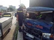 Tin tức trong ngày - Cảnh sát giải cứu thiếu niên kẹt trong đầu xe bẹp dúm tại cầu vượt