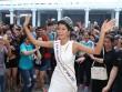 Hoa hậu H'Hen Niê đội vương miện về thăm trường cũ