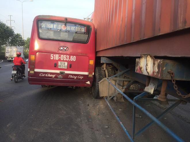 Kinh hoàng xe buýt rượt đuổi xe container giữa phố SG - 2
