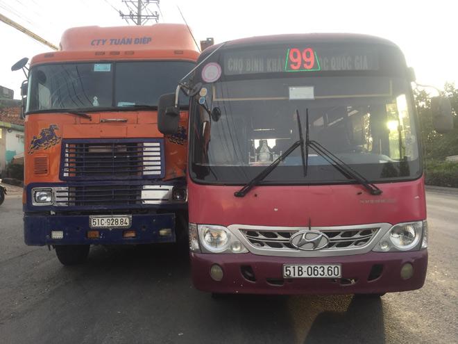 Kinh hoàng xe buýt rượt đuổi xe container giữa phố SG - 1