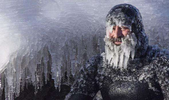 Lướt sóng ngoài trời âm 31 độ C, râu đóng thành băng - 1