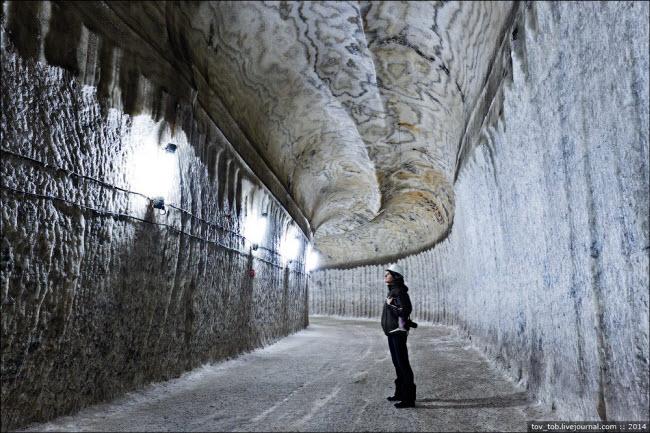 Choáng ngợp vẻ đẹp như ngoài hành tinh bên trong hang động muối khổng lồ - 2
