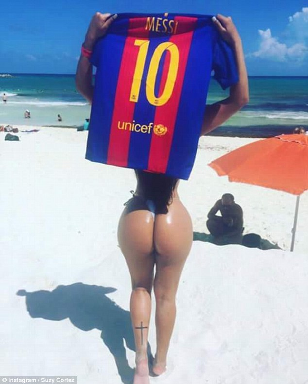 Hoa hậu siêu vòng 3 khỏa thân mời chào tân binh Barcelona đến Brazil - 4