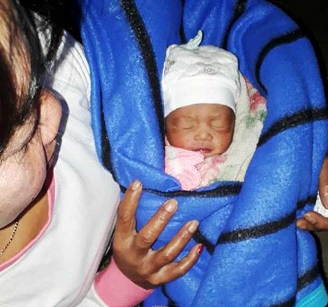 Bé gái sơ sinh bị bỏ rơi trong nhà vệ sinh - 1