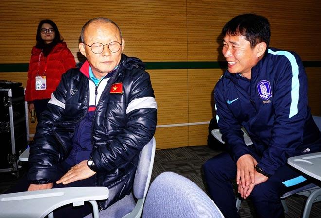 """HLV Park Hang Seo thân mật với HLV U23 Hàn Quốc trước """"đại chiến"""" - 2"""