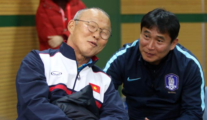 """HLV Park Hang Seo thân mật với HLV U23 Hàn Quốc trước """"đại chiến"""" - 5"""