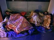 """Tin tức trong ngày - Ảnh: Người vô gia cư trong đêm lạnh """"ác mộng"""" ở Hà Nội"""