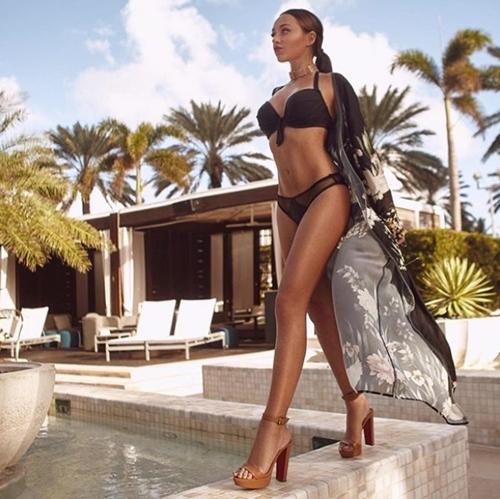 Người ta quấn chăn đi làm vì rét, con nhà giàu vẫn diện bikini tắm biển - 2