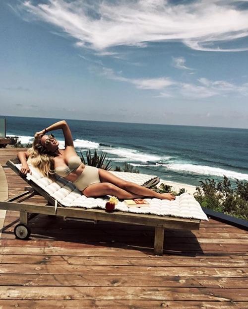 Người ta quấn chăn đi làm vì rét, con nhà giàu vẫn diện bikini tắm biển - 7