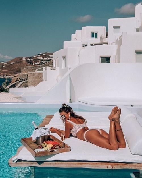 Người ta quấn chăn đi làm vì rét, con nhà giàu vẫn diện bikini tắm biển - 10