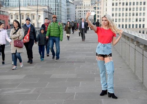Cô mẫu liều mình mặc jean khoét cực hiểm ra phố và kết quả bất ngờ - 4