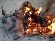Xe máy bốc cháy dữ dội, 2 con chó bị thiêu sống