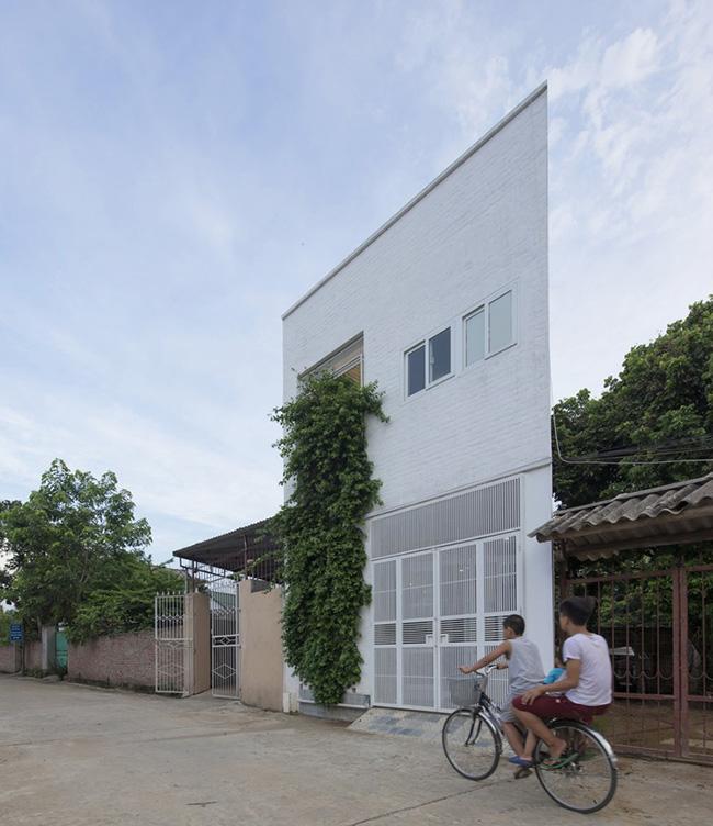 Tọa lạc tại Thạch Thất, Hà Nội,. căn nhà được xây trên phần góc xéo cắt ra từ một mảnh đất lớn, hình dạng méo mó và chật chội khiến miếng đất rất khó xây nhà.