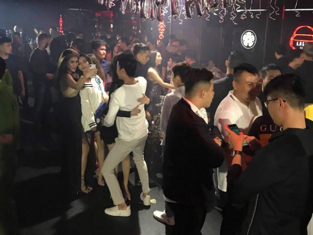 """Nhiều nam nữ """"phê"""" bóng cười trong quán bar """"chui"""" ở SG"""