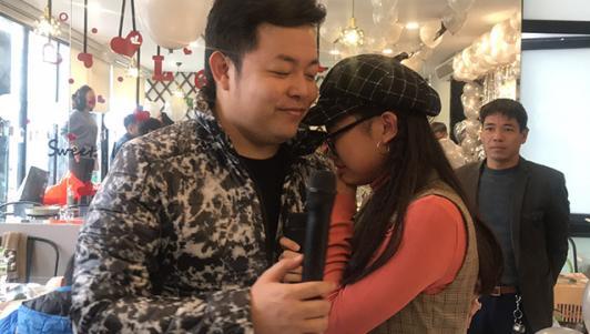 Phương Mỹ Chi bật khóc ôm bố nuôi Quang Lê trong tiệc sinh nhật 15 tuổi