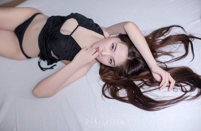 Công việc chính của cô là người mẫu game và mẫu sự kiện triển lãm xe tại xứ Chùa Vàng.
