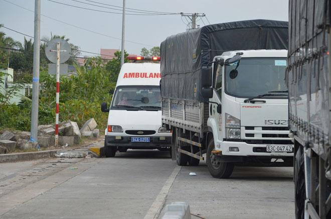 """3 xe cứu thương chở bệnh nhân hú còi """"chôn chân"""" trước BOT Sóc Trăng - 1"""