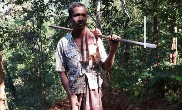 Người cha xẻ núi, đào 8 km đường cho con đến trường - 1