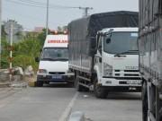 """Tin tức trong ngày - 3 xe cứu thương chở bệnh nhân hú còi """"chôn chân"""" trước BOT Sóc Trăng"""