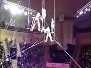 Người đẹp biểu diễn rơi tự do 12m: Triệu người hãi hùng