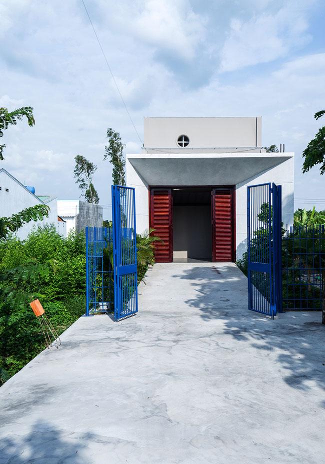 """""""Longcave"""" một kiến trúc lạ, đẹp của kiến trúc sư Ngô Việt Khánh Duy, được thiết kế 1 tầng, tại Trà Ôn, Vĩnh Long với mặt tiền chỉ rộng 5m và chiều dài 40m. Chủ nhân của mảnh đất muốn có một căn nhà tạo ra một không gian sống giản dị, tránh xa sự bon chen của cuộc sống bên ngoài."""