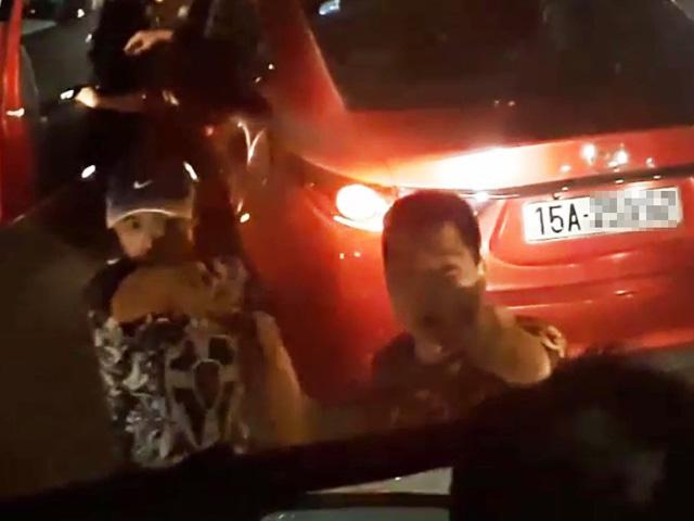 """Vụ cầm gậy """"nói chuyện"""" sau va chạm xe: 3 người bị xử lý - 1"""