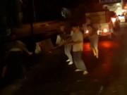 """Cầm gậy  """" nói chuyện """"  sau va chạm, tài xế xe khách bị đánh tới tấp"""