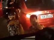 """Vụ cầm gậy  """" nói chuyện """"  sau va chạm xe: 3 người bị xử lý"""