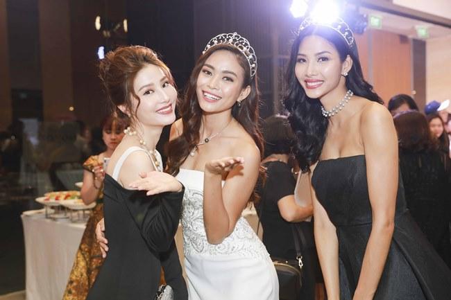 H'Hen Niê đội vương miện 2,7 tỷ đồng, đẹp như nữ thần với váy trong suốt - 2