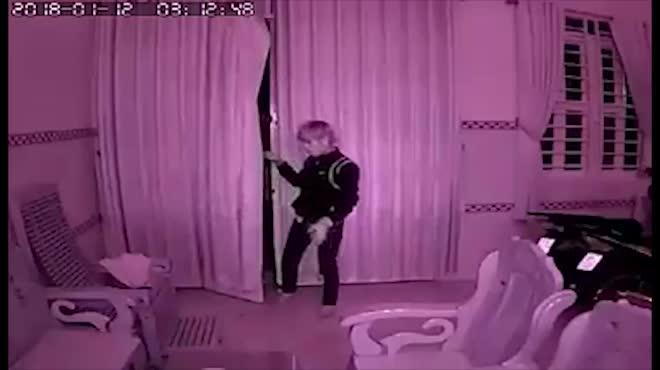 Clip: Gã trộm kỳ lạ, lạy bàn thờ gia chủ rồi mới ra tay
