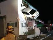Ô tô mất lái, bay lên cao cắm vào tầng 2 nhà văn phòng