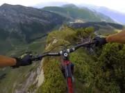 Thót tim xem kẻ liều lĩnh đạp xe trên vách núi dựng đứng